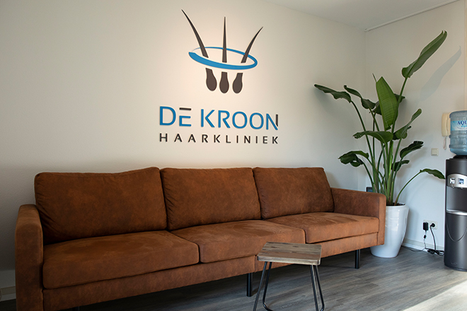 https://www.haarkliniekdekroon.nl/wp-content/uploads/2020/11/wachtruimte1.jpg