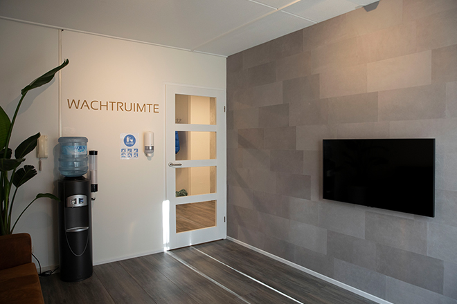 https://www.haarkliniekdekroon.nl/wp-content/uploads/2020/11/wachtruimte2.jpg